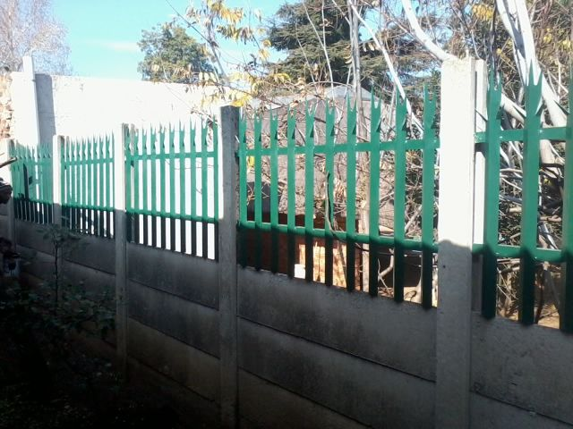 Palisade Fencing inserts into precast wall